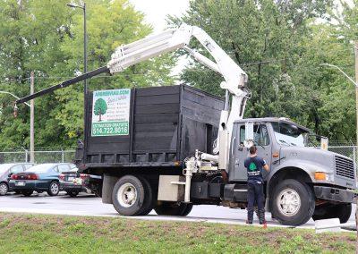 Grue montée sur notre camion (abattage d'arbre) - Service d'entretien d'arbres Viau