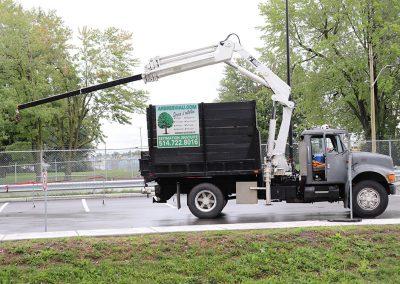 Utilisation de grue montée sur un camion (abattage d'arbre) - Service d'entretien d'arbres Viau
